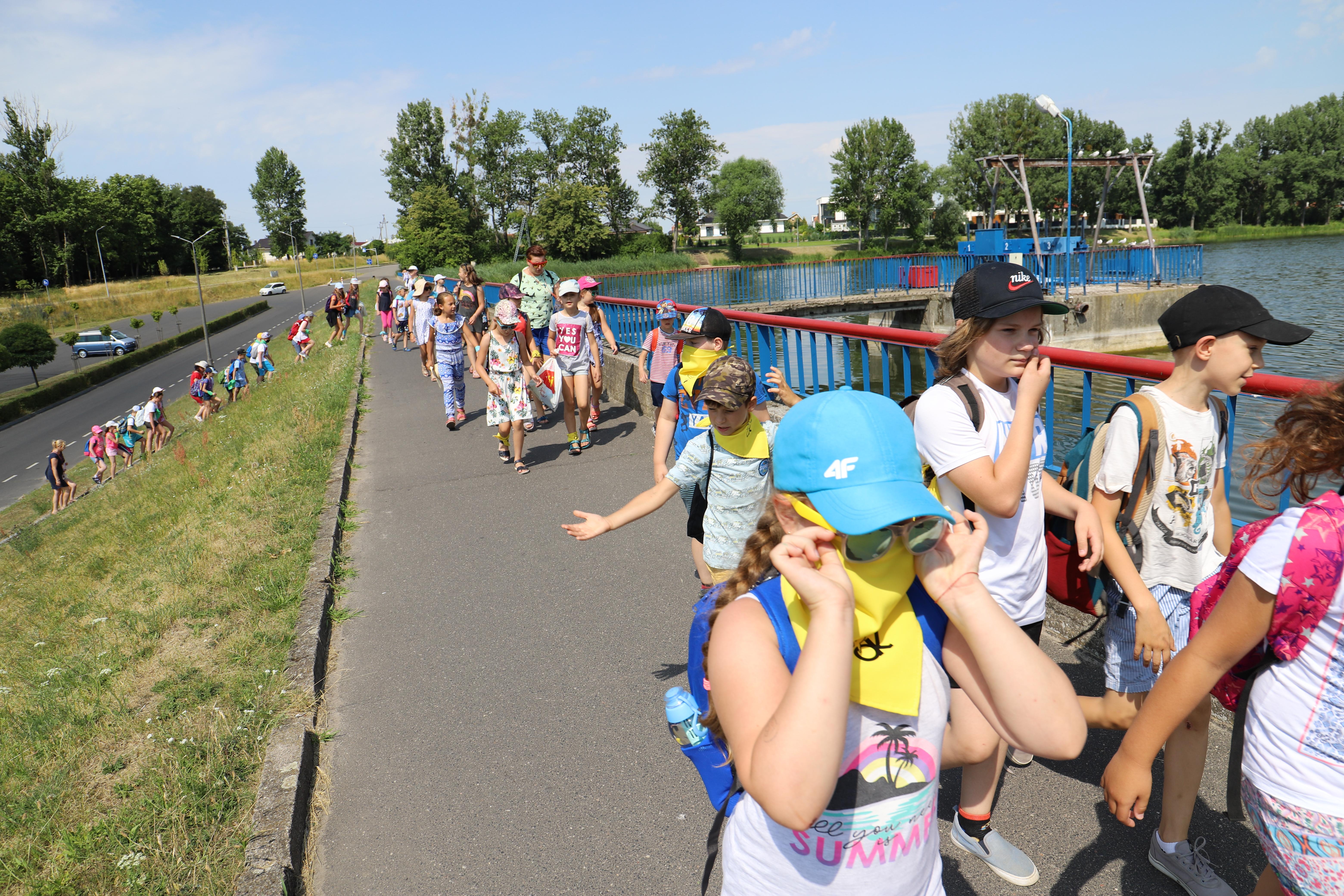 Uczestnicy półkolonii w drodze nad jezioro